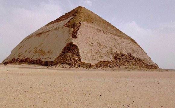 Пирамида Снофру в Дахшуре.
